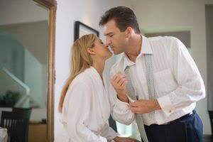 キスをする夫婦